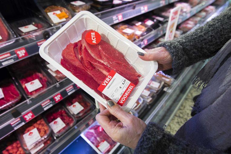 Een groep wetenschappers, milieuclubs en D66-prominent Jan Terlouw roept woensdag op tot een vleestaks van 1 tot 3 procent per jaar.  Beeld ANP