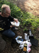 Verslaggever Domien van der Meijden geniet  van een welverdiende maaltijd.