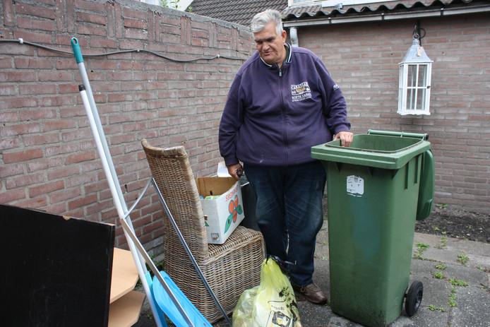 Hennie Meijer bekijkt het resultaat van wat de mensen achter laten.