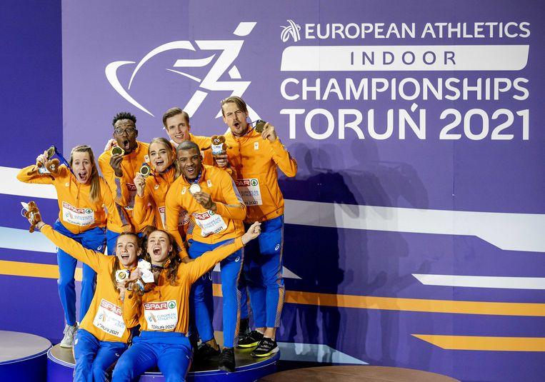 De twee estafetteploegen met de gouden medaille. De EK indoor was de succesvolste ooit voor Nederland met zeven medailles. Beeld ANP
