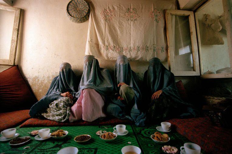 Voordat de taliban opnieuw het land veroverden, waren deze vier vrouwen gewoon aan het werk. In mei 2000, toen deze foto's werden gemaakt, waren ze verplicht aan de haard gekluisterd. Beeld © Lynsey Addario / 2021 The Atlantic Monthly Group, Inc.   All rights reserved. Distributed by Tribune Content Agency