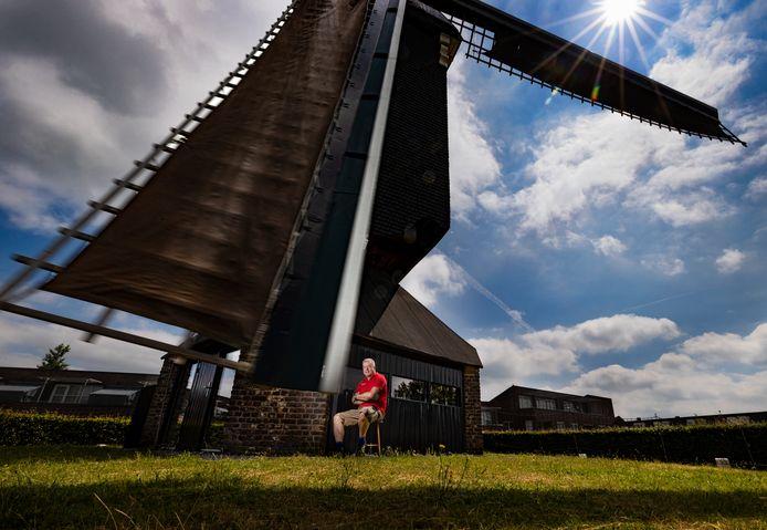 Jan Molenkamp bij 'zijn' molen in Mierlo.