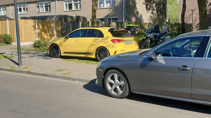 Beeld van een eerdere controle in Enschede-Zuid. Hier wordt een auto met Duits kenteken onderzocht.