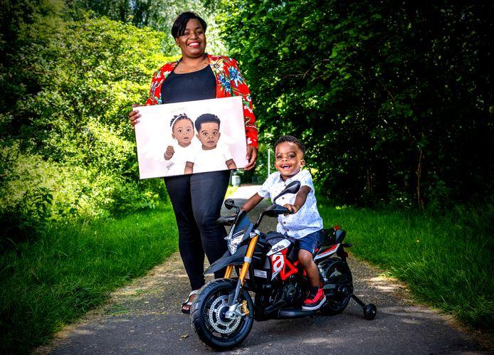 Daya Raap met het schilderij waarop haar dochter Dainely staat. Ook Jayven lijdt aan sikkelcelziekte, maar is vooral trots op zijn speelgoedmotor.