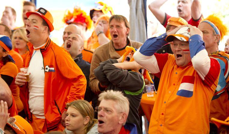 De spanning stijgt: Nederlandse supporters in Goirle tijdens de EK-wedstrijd Nederland-Denemarken in 2012. Beeld anp