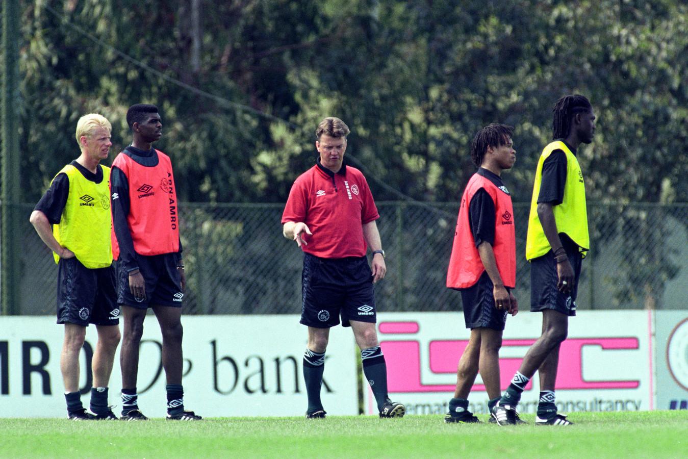 Louis van Gaal zet in de afsluitende training voor de Champions League-finale met Juventus nog de puntjes op de i. Arnold Scholten (uiterst links) luistert aandachtig.