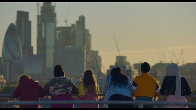 De tieners kijken van op het dak van hun woontoren naar het rijke zakencentrum van Londen. Beeld RV