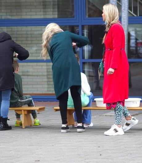Luizen pluizen in coronatijd: in je winterjas aan de bak op het schoolplein