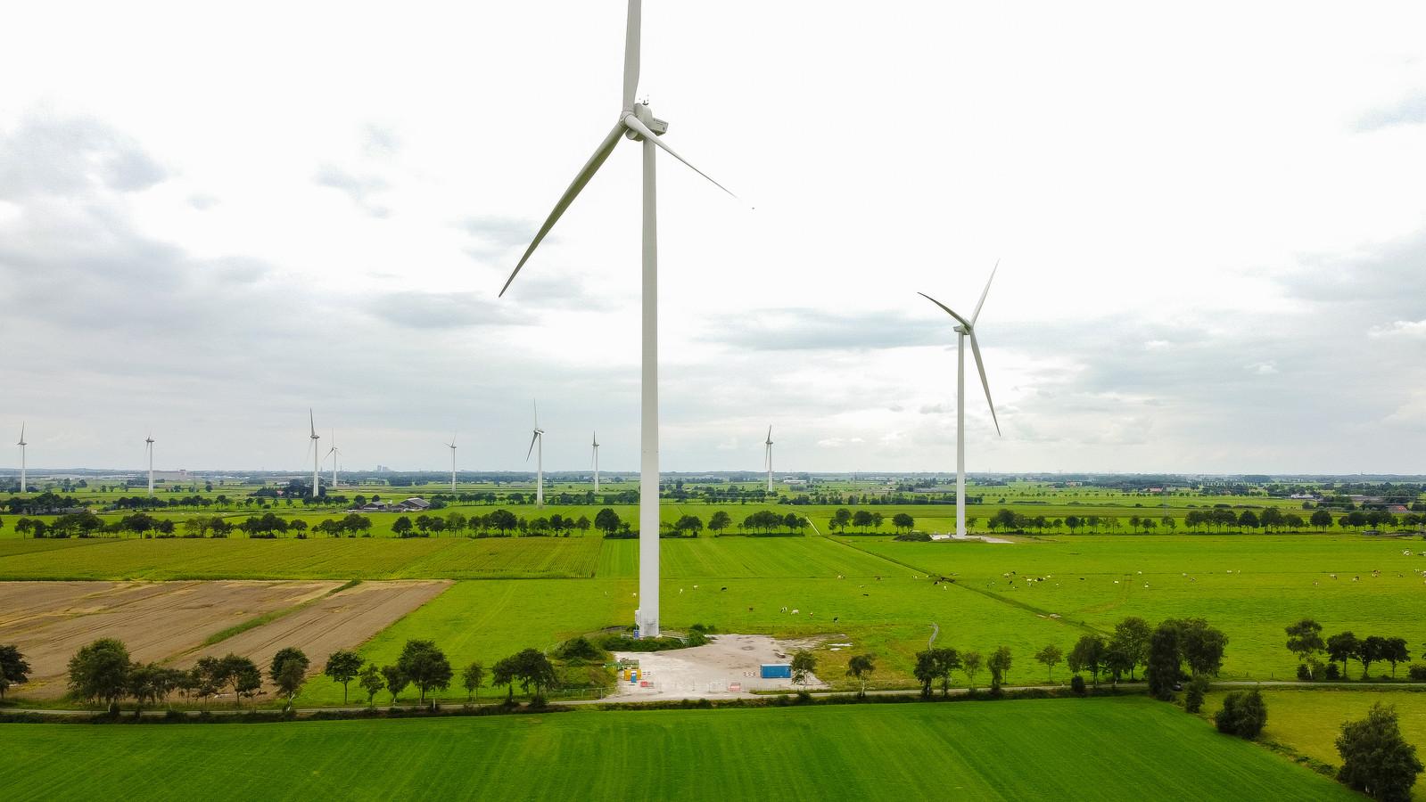 Duurzaamheidsclub Nieuwleusen Synergie nam het initiatief voor de bouw van twee windturbines in het dorp. Die staan er inmiddels een poosje, maar door tal van leveringsproblemen rond de laatste onderdelen draaien ze nog niet.