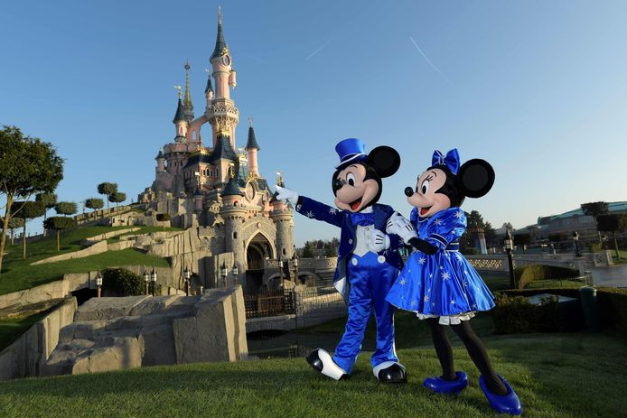 Un grand centre de vaccination ouvrira samedi à Disneyland Paris.