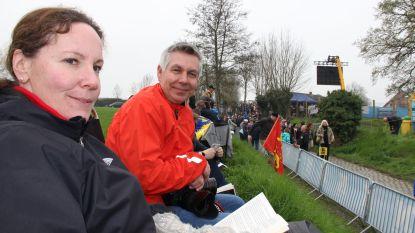 Beste plekje uitkiezen en tijd doden met een boek: Christel en Mikael wachten op de renners