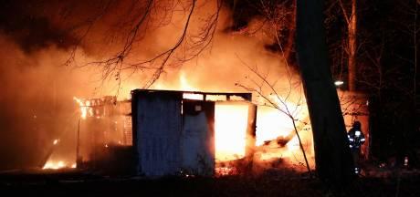 Campinggebouw in Emmeloord gaat in vlammen op: eigenaar doet aangifte wegens brandstichting