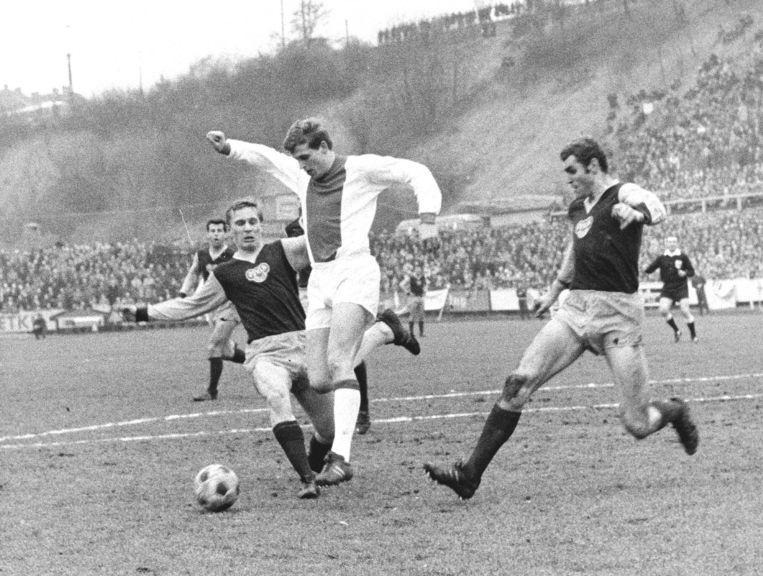 Piet Keizer aan de bal tijdens kwartfinale Europacup I tegen Dukla Praag. Beeld ANP