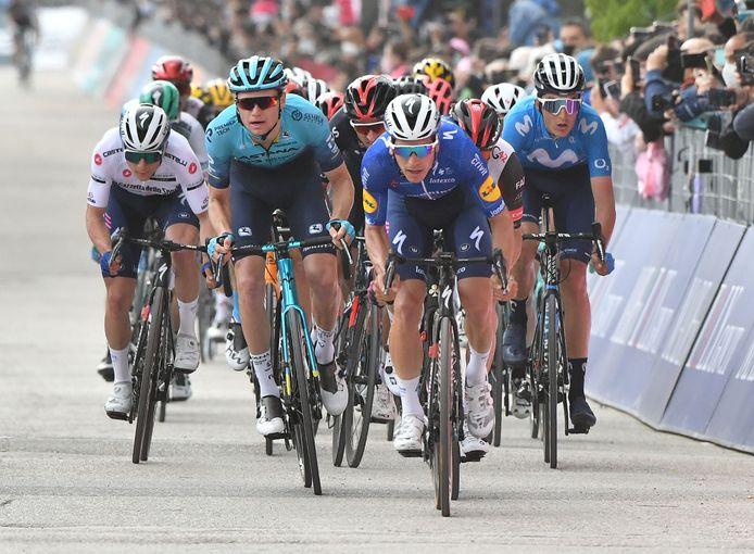 De groep met favorieten komt over de finish.