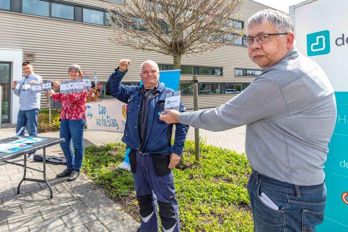 Ook de Betho in Goes hangt sinds dinsdag aan de ketting van de FNV die de vakbond aaneenrijgt tijdens een cao-estafette langs bijna alle sociale werkbedrijven. Vlnr: Fester Aarts (personeelszaken Betho), Marianne van Gils (voorzitter OR Betho), René Sandee (voorzitter Bedrijfsledengroep) en werknemer Jacco Daniëlse.