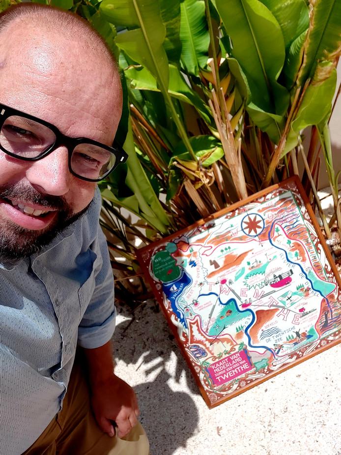 Jeroen Jansen maakte in Willemstad een selfie, met de landkaart die zijn opa heeft ontworpen.