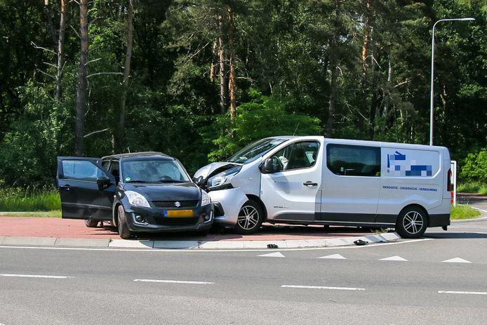 Op de kruising van de Lochemseweg met de Almenseweg - tussen Lochem, Warnsveld, Almen en Vorden - botsten een bedrijfsbusje en een personenauto op elkaar.