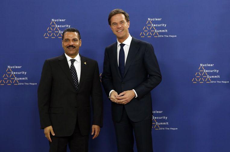 Rutte met Interpol-secretaris Ronald Noble Beeld afp