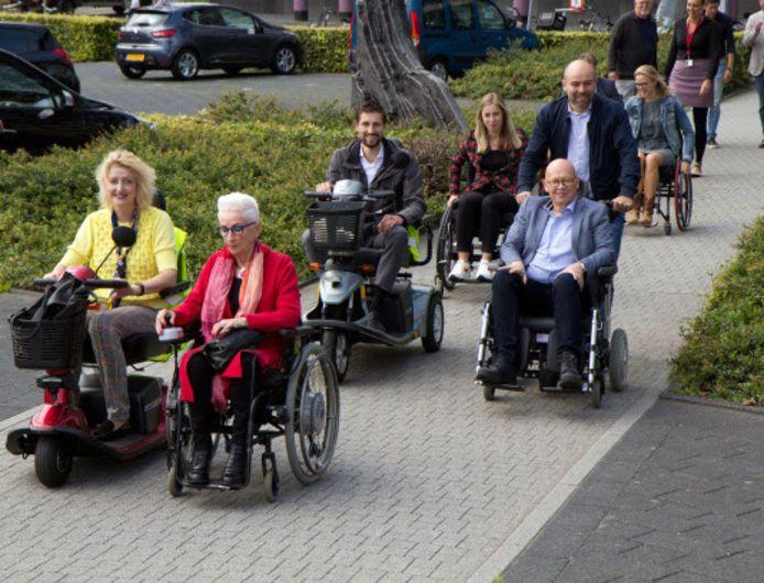 Emmy den Heijer en burgemeester Reinie Melissant (links) rijden voorop. Achter hen wethouders Dick van Zanten (in de rolstoel) en Eelke Kraaijeveld.