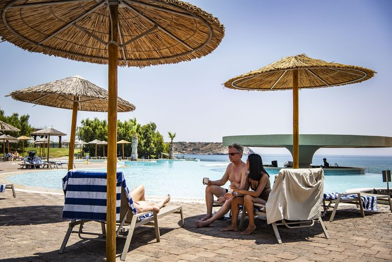 Vakantiegangers in het zwembadgedeelte van een van de hotels op het Griekse eiland Rhodos. Beeld Hollandse Hoogte / Buitenlandse bureaus