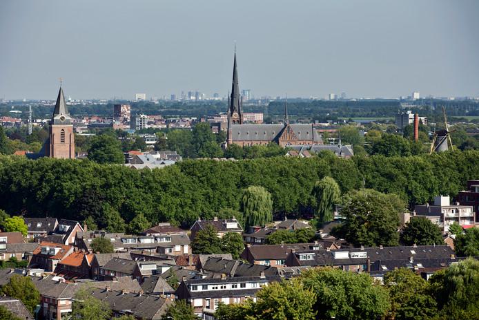 Het centrum van Woerden, met in de verte Leidsche Rijn en Utrecht Stad.