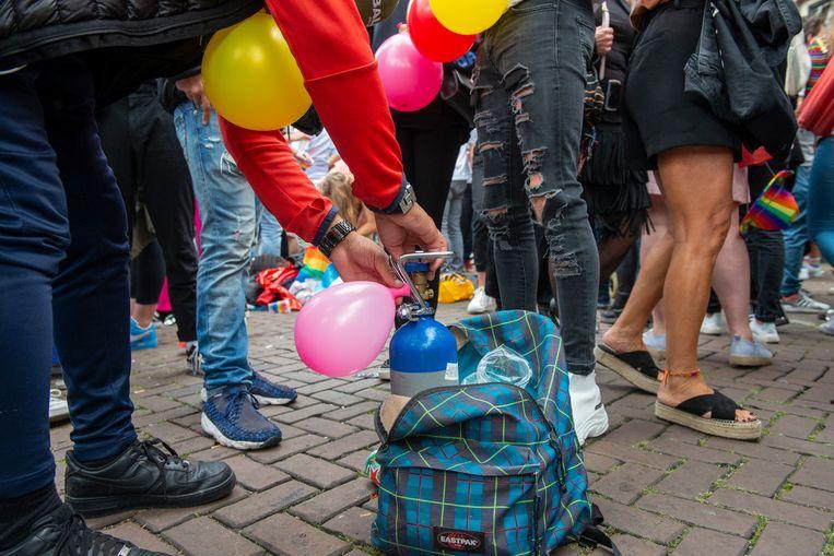 Verkoop van lachgas op straat tijdens de Amsterdam Pride van 2019. Beeld Hollandse Hoogte / Sabine Joosten