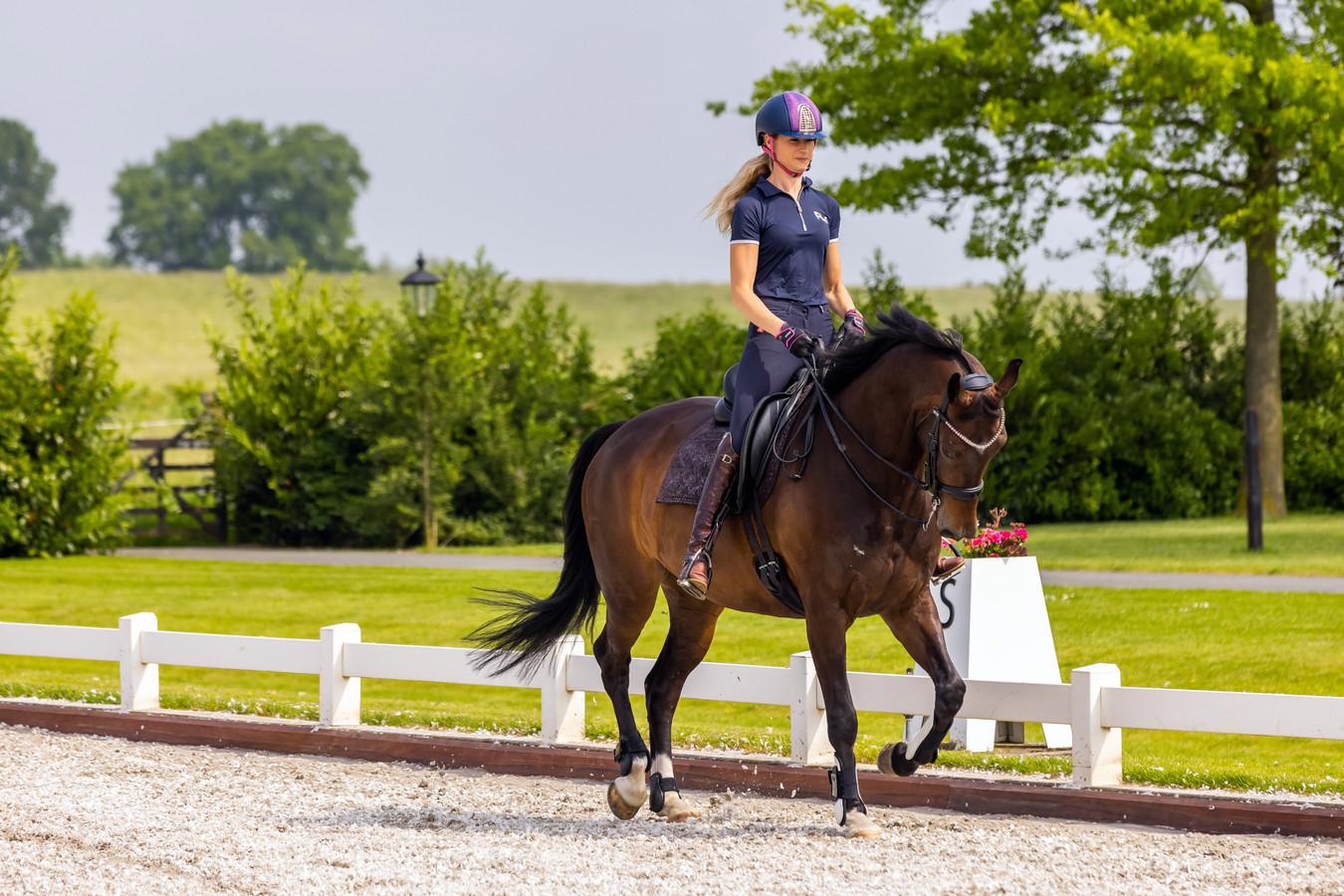 Dressuuramazone Dinja van Liere is met haar paard Hermes aan het trainen.
