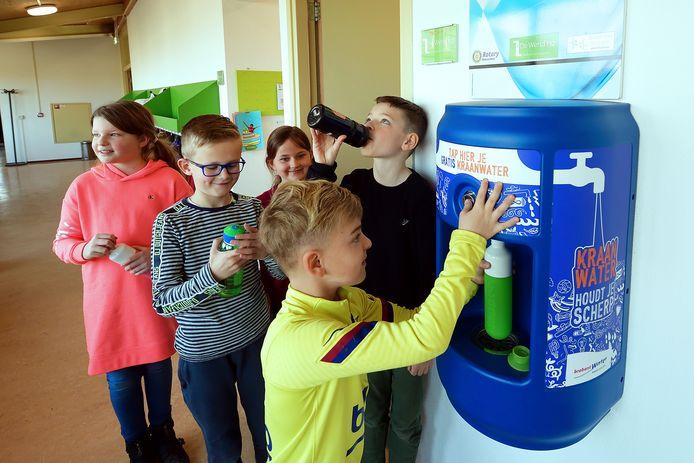 JOGG zet zich ook in Roosendaal in om kinderen en jongeren te helpen bij het maken van gezonde keuzes. Daarbij helpen bijvoorbeeld watertappunten op scholen, zoals deze op basisschool Lavoor Morelberg.