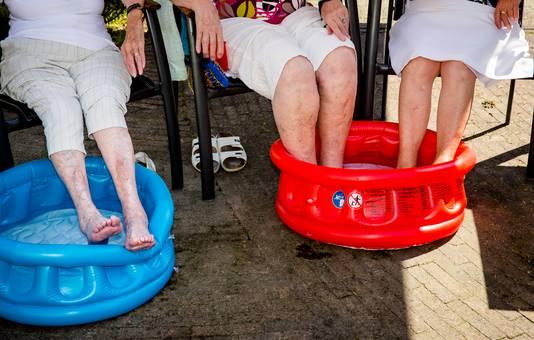 Bewoners van verzorgingshuis Spathodea houden hun hoofd en voeten koel tijdens de tropische hitte.