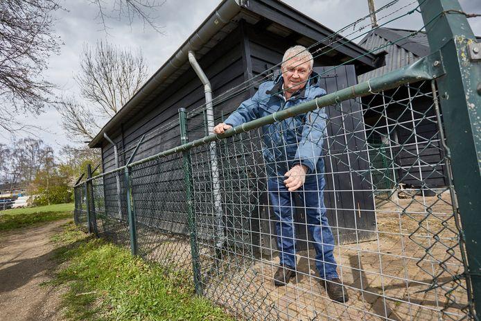 Voorzitter van de Dierenweide in Warnsveld, Hans van Geel, voor het provisorisch gerepareerde hek waardoor de inbrekers binnenkwamen en de geiten ontsnapten.