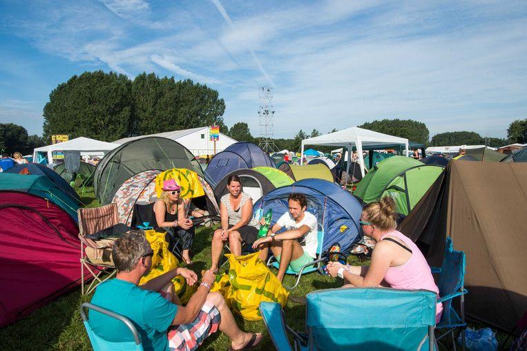 2013-08-16 BIDDINGHUIZEN - Gasten ontbijten op de camping bij Lowlands. Het muziekfestival barst vanmiddag weer los. ANP KIPPA FERDY DAMMAN Beeld ANP Kippa