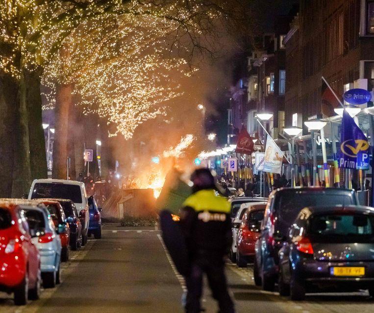 In Rotterdam is het vanavond opnieuw tot confrontaties tussen jongeren en de politie gekomen. Beeld AFP