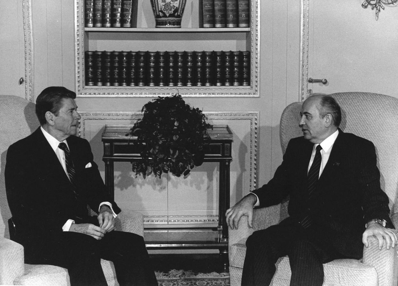 Reagan (l) en Gorbatsjov. Beeld ANP