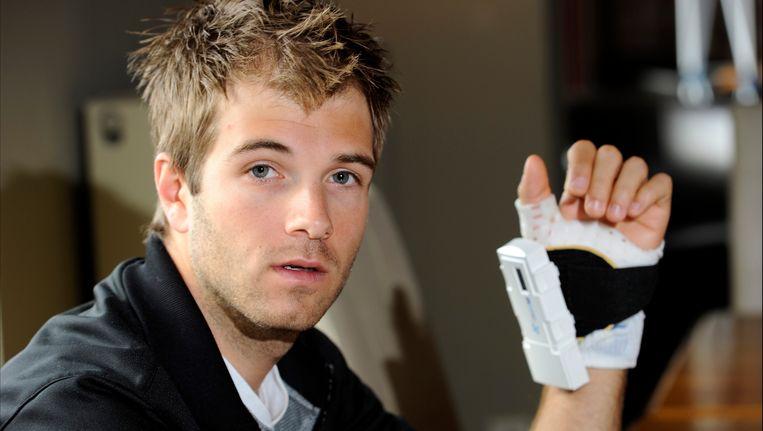 De groeistimulator is aangebracht op het gips om de linkerhand van Niels Albert. Beeld PHOTO_NEWS