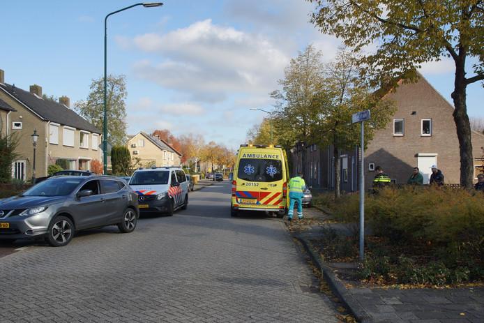 Het kind rende de straat op met een loopfiets