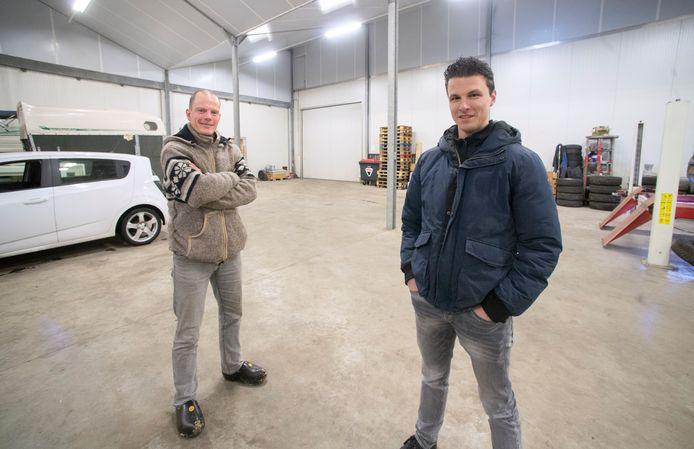 Ton van den Tillart (links) en Ronald van Eert in de lege loods in  Zijtaart waar andere jaren volop aan carnavalswagens werd gewerkt.