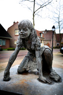 Het beeld van een knikkerend meisje, van Marijke Ravenswaaij.