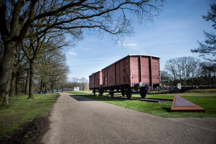 Twee originele goederenwagons op het herinneringscentrum Kamp Westerbork.