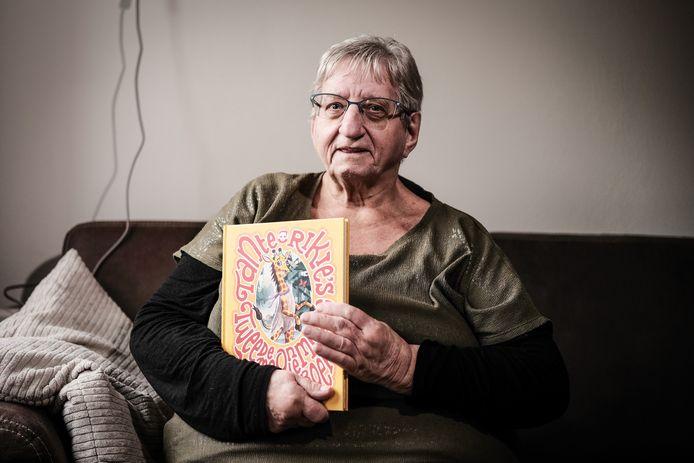 Tante Rikie met de tweede editie van 'haar' Onmundig mooie verhalenboek.