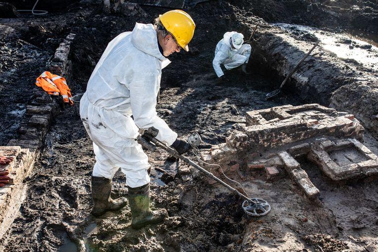 Op Sloterweg 711-715 hebben archeologen een oude herberg gevonden, Herberg deRode Leeuw. Op de foto zijn twee haarden te zien, het hart van de herberg Beeld Nosh Neneh
