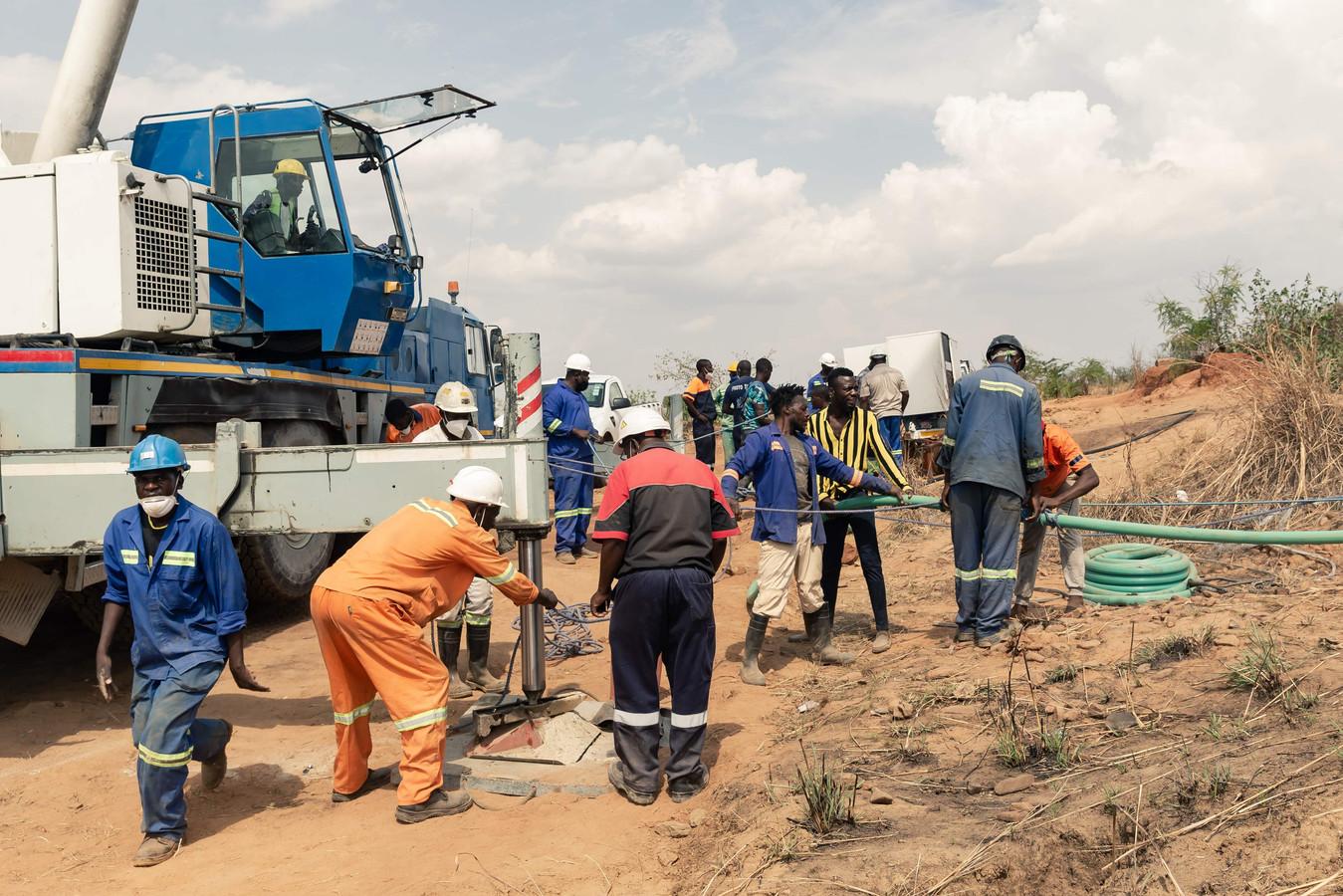 Reddingswerkers proberen het water uit de mijn te pompen zodat ze bij de mijnwerkers kunnen komen.