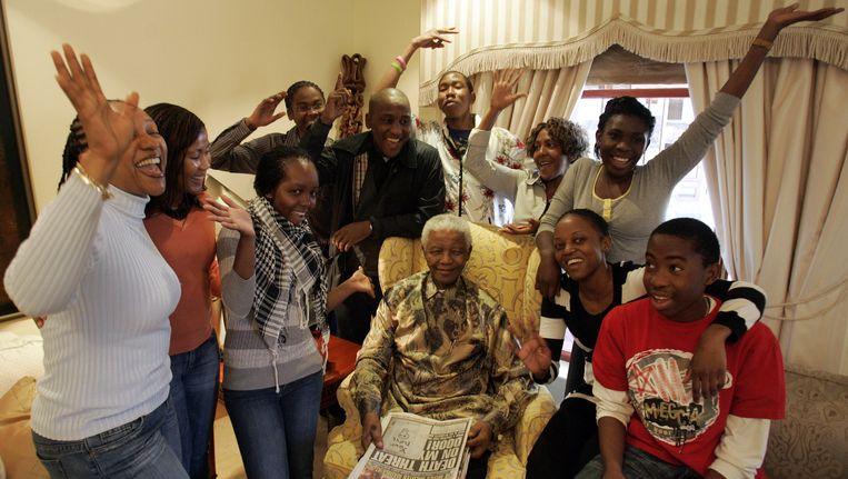 Mandela, omringd door een aantal kleinkinderen. Beeld AFP