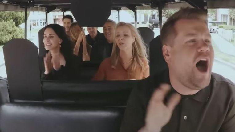 James Corden met de 'Friends'-cast: 'Het was zo gefilmd dat Cordens hoofd met voorsprong het grootste ding op het scherm was. Zowat twaalf keer groter dan het hoofd van Jennifer Aniston' Beeld The Late Late Show