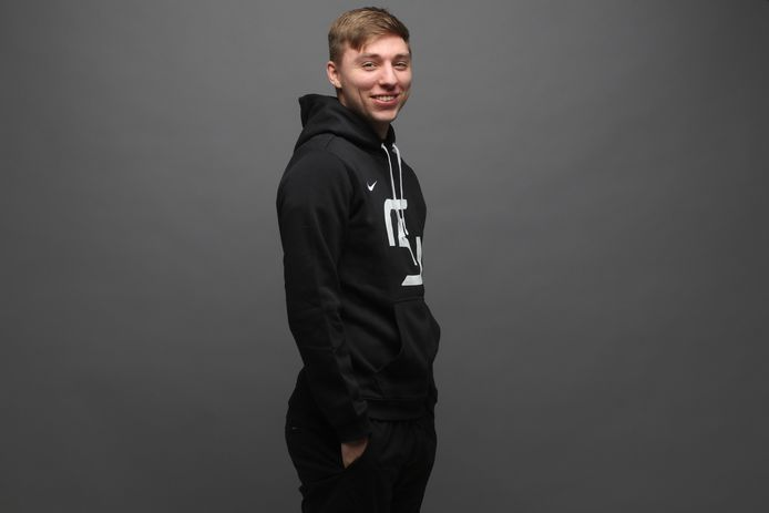 Max Temminck is 22 jaar en verhuist naar Duitsland om daar coach te worden van het esports-team SK Prime. In dat League of Legends-team speelt ook zijn landgenoot Alois Nelissen.