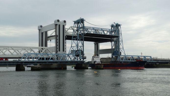 De nieuwe Botlekbrug, met ervoor de oude, moet in de spits omlaag blijven, vindt Nissewaard.