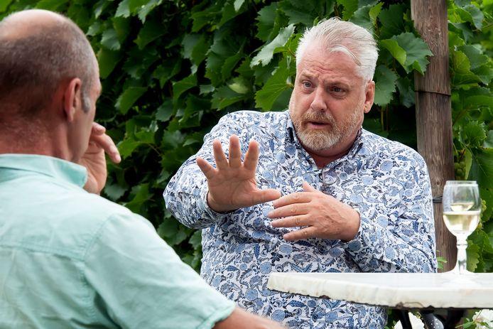 """Peter Schouten (rechts) in gesprek met Gilbert Sweep: ,,Als buren probeer je toch zo goed mogelijk met elkaar om te gaan?"""""""
