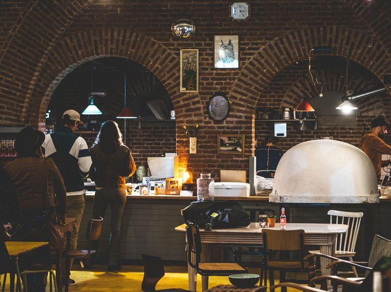Om te vieren dat Cometa eindelijk een drankvergunning heeft gekregen, organiseren ze dit weekend de eerste dineravonden. Beeld Jonas Konijnenberg
