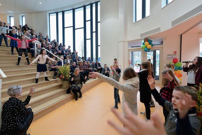 De opening van brede school Het Kansenrijk met daarin basisschool Uniek was twee jaar geleden met een flashmob.