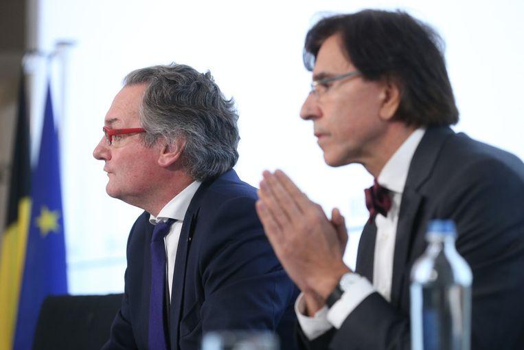 Minister van Overheidsbedrijven Labille en premier Di Rupo kondigden het ontslag aan op een persconferentie. Beeld BELGA