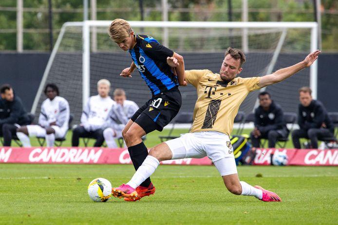 Sander van de Streek (r) probeert het Charles De Ketelaere van Club Brugge lastig te maken, onlangs in een oefenduel. FC Utrecht won met 4-2 van de Belgische kampioen van afgelopen seizoen.